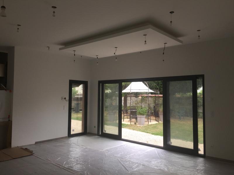 Aménagement intérieur avec plafond suspendu